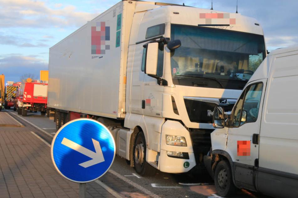 Der Lkw befuhr die falsche Straßenseite um einem Unfall aus dem Weg zu gehen.