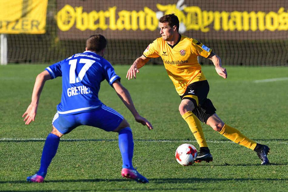 Philip Heise (r., gegen Simon Grether) im Testspiel gegen den FC Luzern am Ball.