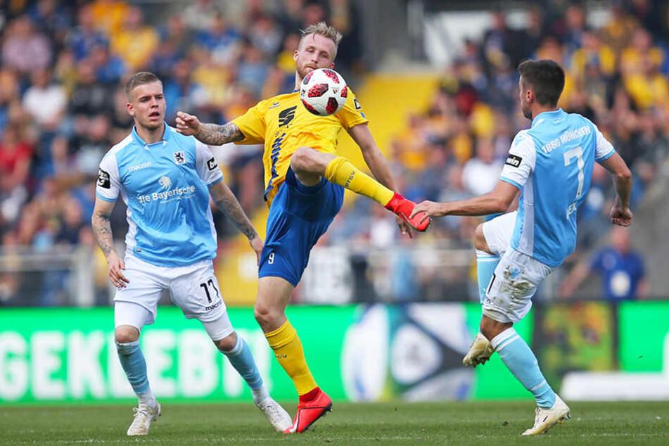 Braunschweigs Sturmtank Philipp Hofmann (M.) behauptet den Ball gegen gleich zwei Sechziger.