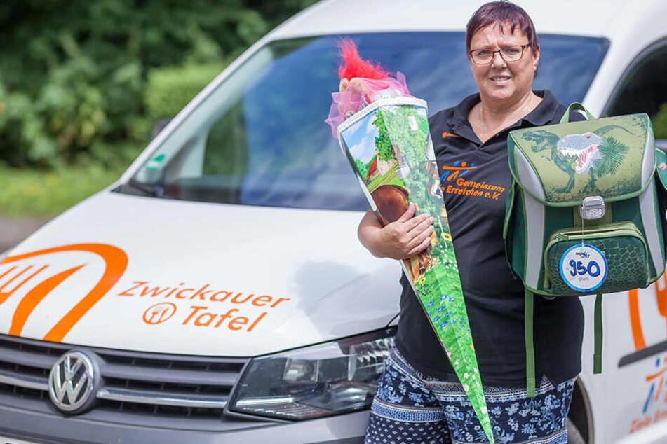 Teamleiterin Anke Kosak (48) mit einer gespendeten Zuckertüte und einem Ranzen.