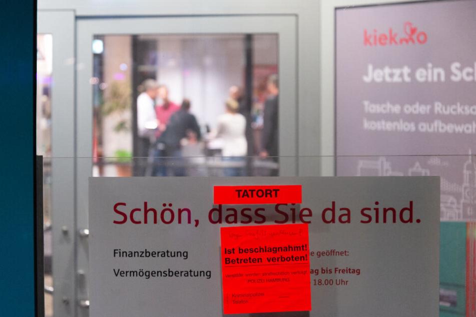 In der Bankfiliale in St. Georg sucht die Polizei nach Spuren.