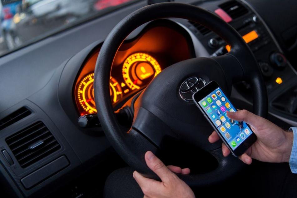 Der Mann las während der Autofahrt eine WhatsApp-Nachricht.