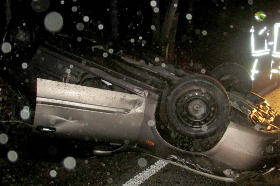 Der Nissan hatte sich überschlagen und blieb auf dem Dach liegen.