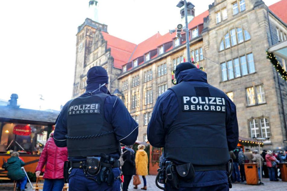 Mitarbeiter des Ordnungsamtes gehen auf dem Weihnachtsmarkt Streife - in Chemnitz ist das ebenso wie in Dresden.