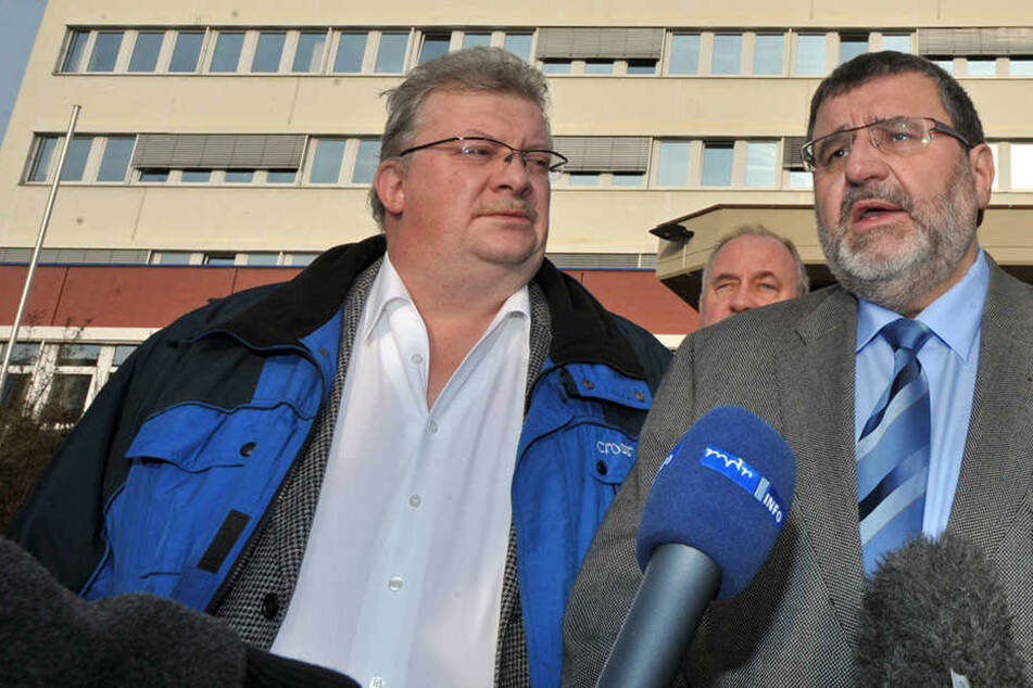 Heiko Gentzel (SPD, re.) 2011 vor dem Erfurter Amt für Verfassungsschutz zusammen mit Wolfgang Fiedler (CDU).