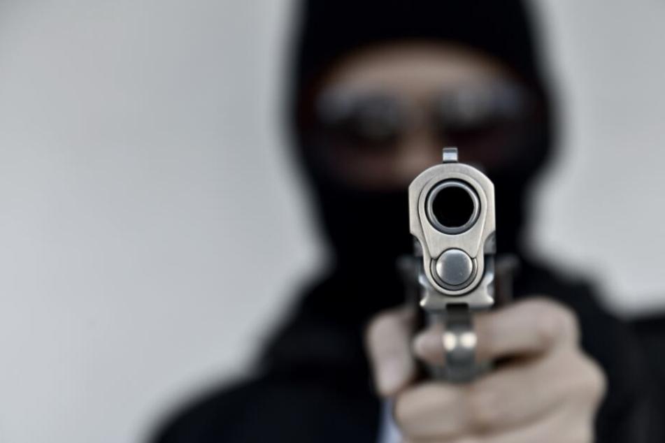 Mit einer Waffen überfiel der Fremde die Tankstelle. (Symbolbild)
