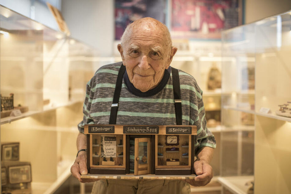 """Herbert """"Mosche"""" Samter (94) zeigt sein selbstgebautes Miniaturmodell des Reichenbacher Schuhgeschäfts """"Hamburger"""", in dem sein Vater einst arbeitete."""