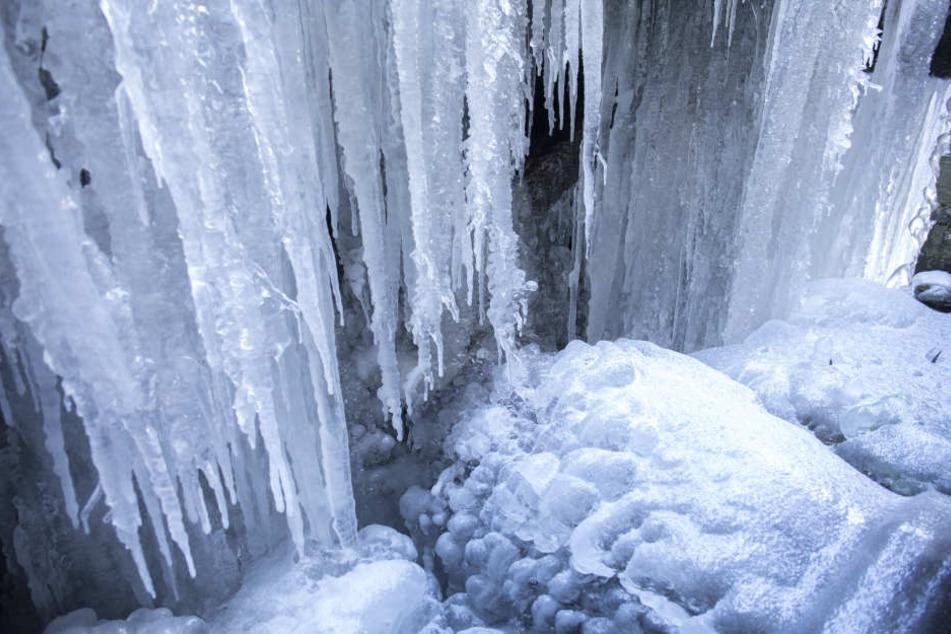 Bei den Minusgraden haben sich im Frohnauer Hammer riesige Eisskulpturen gebildet.