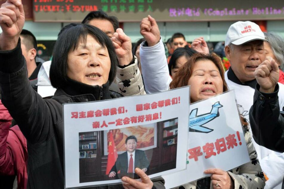 Angehörige der verunglückten Fluggäste protestieren gegen die Einstellung der Suche..