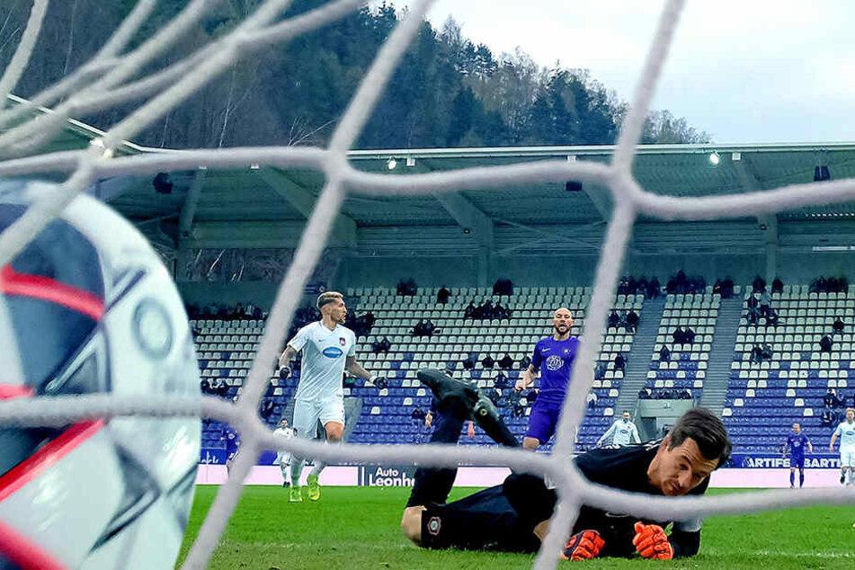 Wie die Bilder sich gleichen: FCE-Keeper Martin Männel liegt am Boden, der Ball im Netz. Robert Andrich (l.) brauchte nur fünf Minuten für Heidenheims Führung.