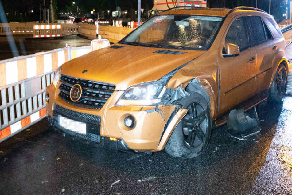 Der Mercedes musste nach dem Unfall abgeschleppt werden. Der linke Vorderreifen war schrott.