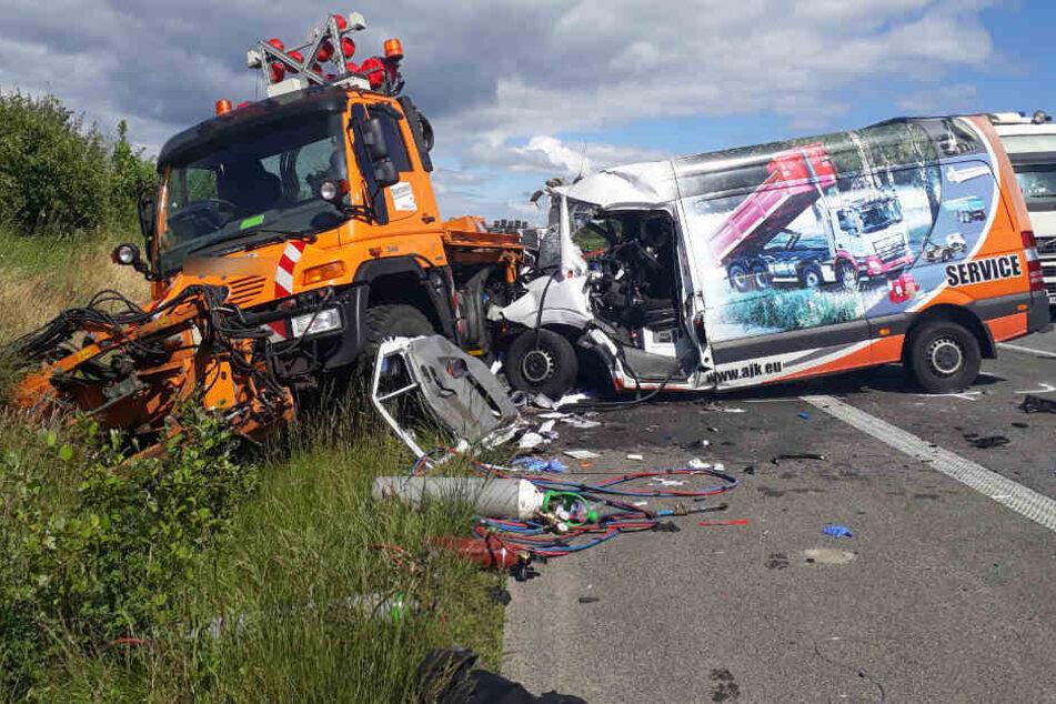 Zurzeit ermittelt die Polizei, warum der Fahrer des Kleinlasters ungebremst in das Mähfahrzeug krachte.