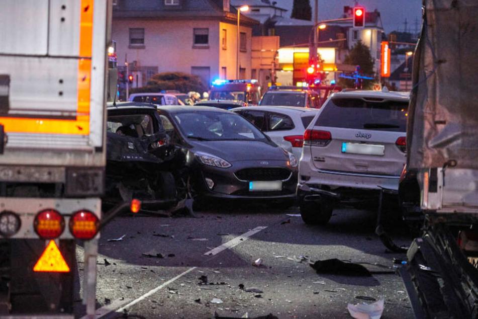 Mehrere Autos wurden durch den Aufprall zusammengeschoben.