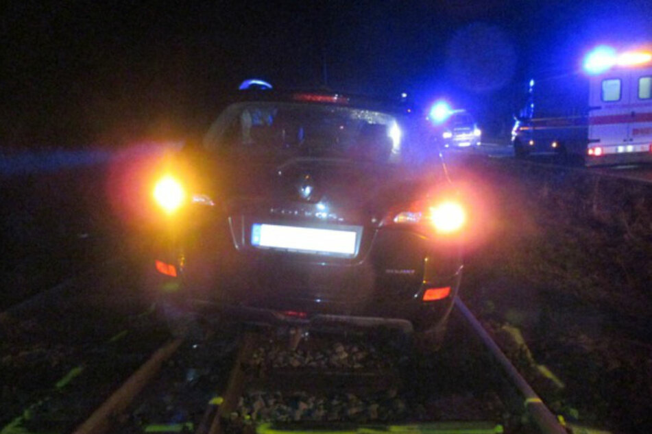 Der Fahranfänger schlitterte mit seinem Wagen mehrere Meter die Gleise entlang.