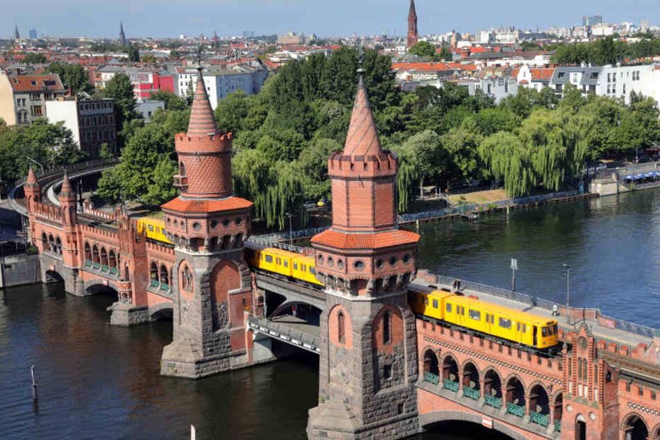 Eine U-Bahn der Linie U1 fährt auf der Oberbaumbrücke über die Spree.