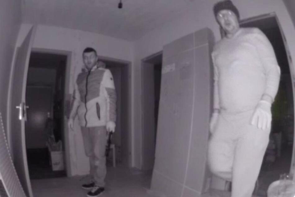Eine Überwachungskamera filmte die beiden Männer bei ihrem Einbruch.