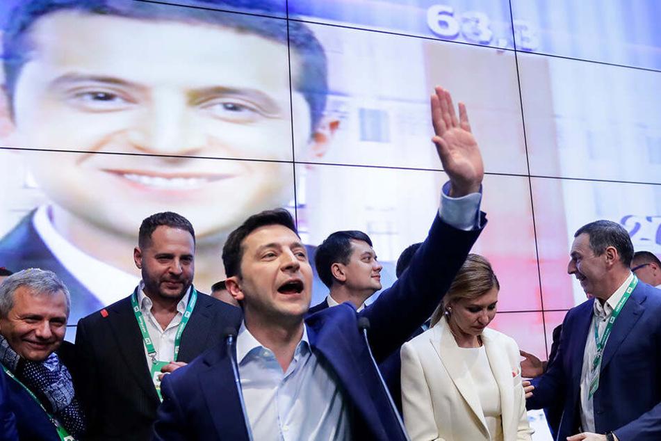 Wolodymyr Selenskyj (Mi.), Komiker und Präsidentschaftskandidat, grüßt seine Unterstützer in seinem Hauptquartier.