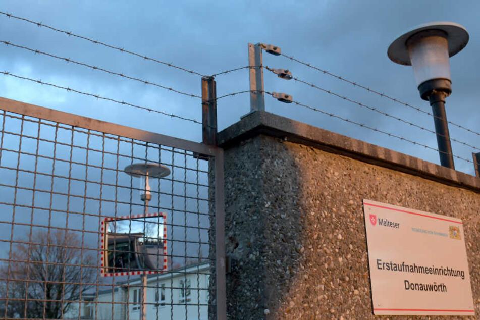 Zaun und Stacheldraht schützen die Erstaufnahmeeinrichtung für Flüchtlinge in Donauwörth.