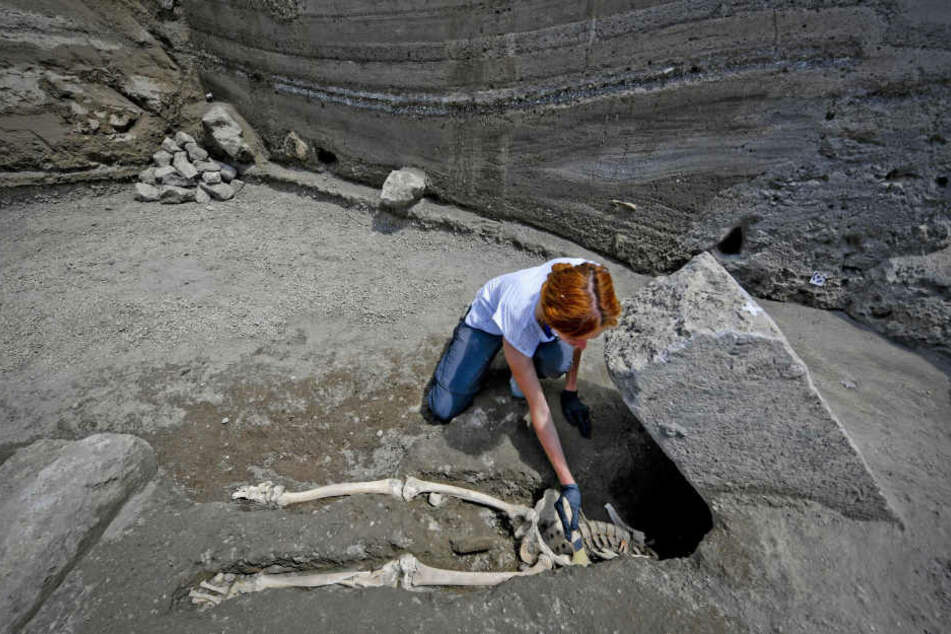 Die Archäologin Valeria Amoretti arbeitet an einem Skelett eines Mannes, der Opfer des Vulkanausbruchs des Vesuvs war.