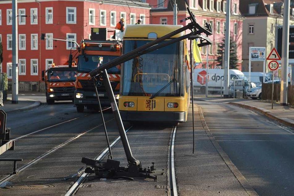 Der Stromabnehmer wurde von der Bahn gerissen.