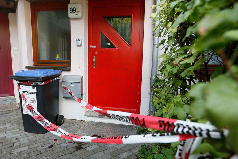 Hinter dieser Haustür geschah das Blutbad. Das LKA Sachsen hat die  Wohnung versiegelt