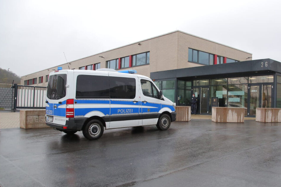 Ein Polizeiauto vor dem Eingang des Oberlandesgerichts Dresden, wo am Montag der Prozess begann.