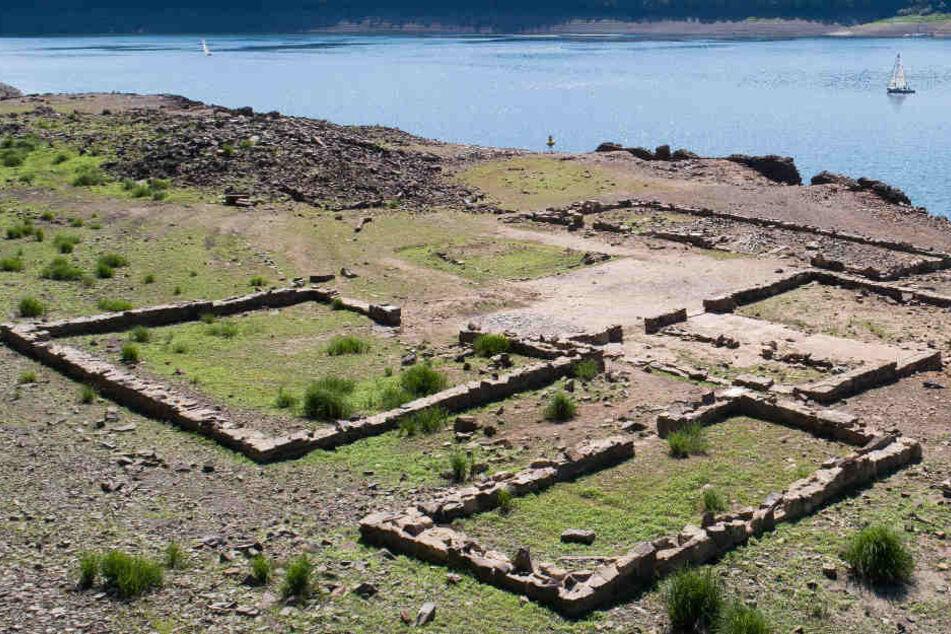 Diese Ruinen sind normalerweise vom Wasser des Sees bedeckt.