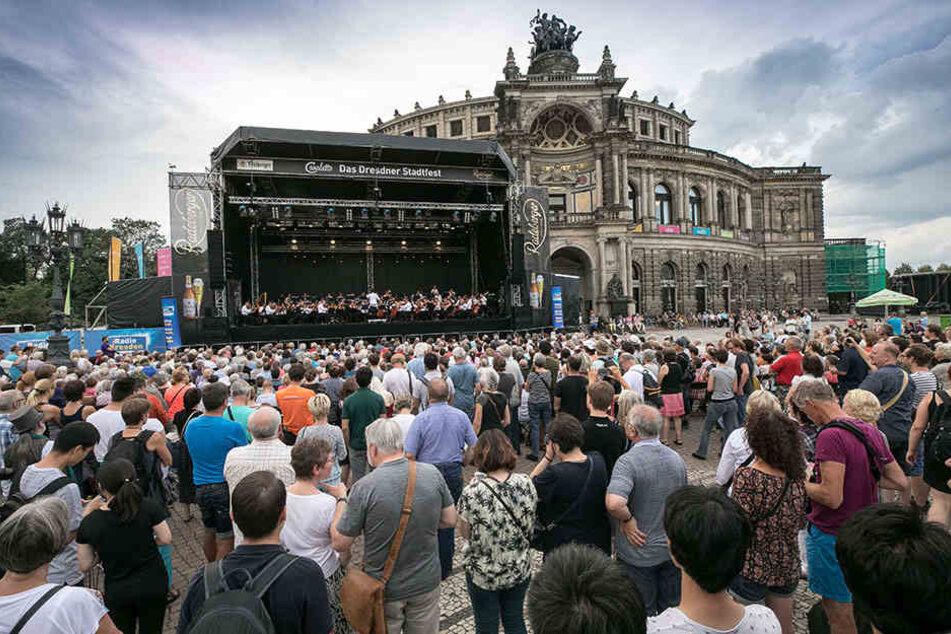 Auf dem Dresdner Theaterplatz wurden mehrere Frauen sexuell belästigt.