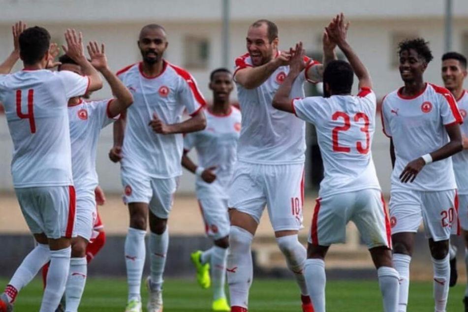 Pierre-Michel Lasogga jubelt mit seinen Teamkollegen über sein Tor.