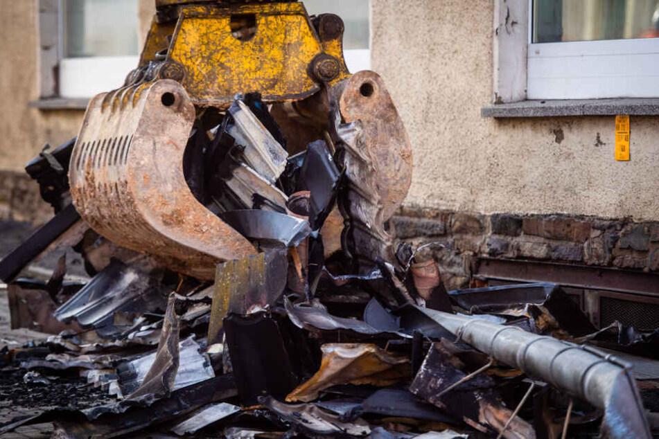 Mit einem Bagger wurden die verkohlten Teile abgerissen.
