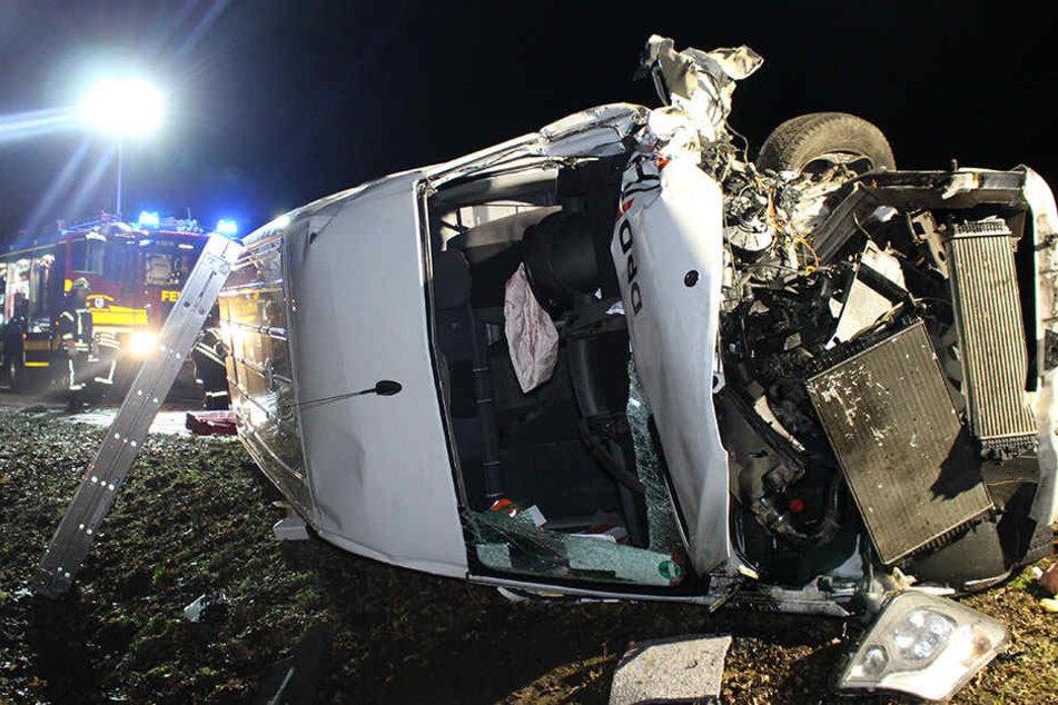 Ein Transporter liegt nach einem Autounfall auf der Bundesstraße B5 auf der Seite.