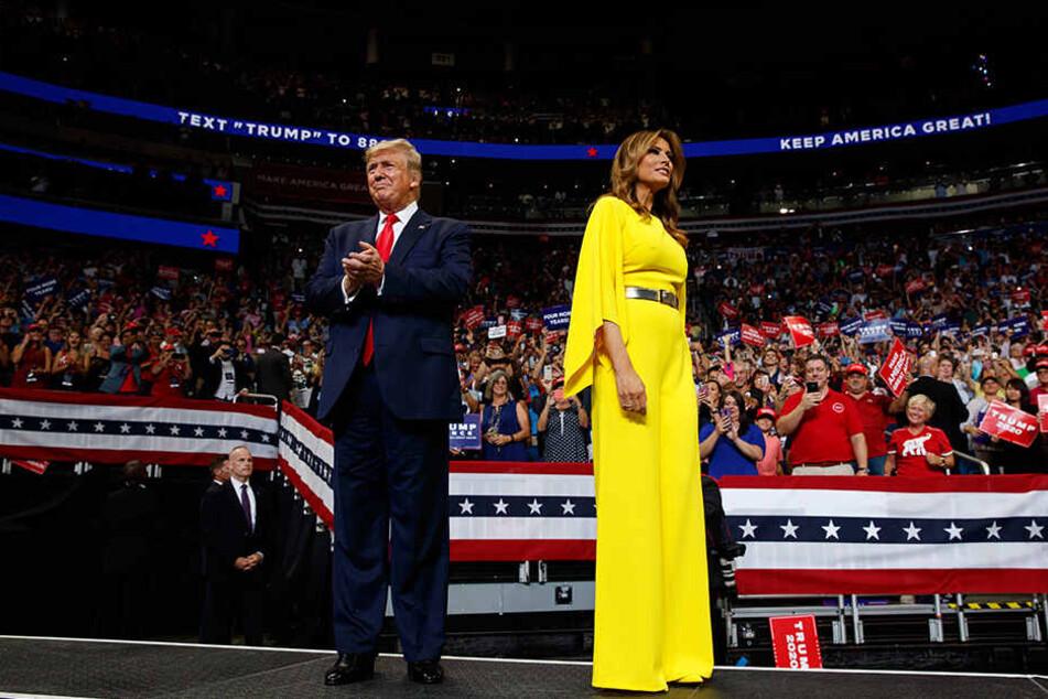 Beim Wahlkampf im Amway Center in Orlando ließen sich Melania und Donald Trump von 20.000 Anhängern bejubeln.