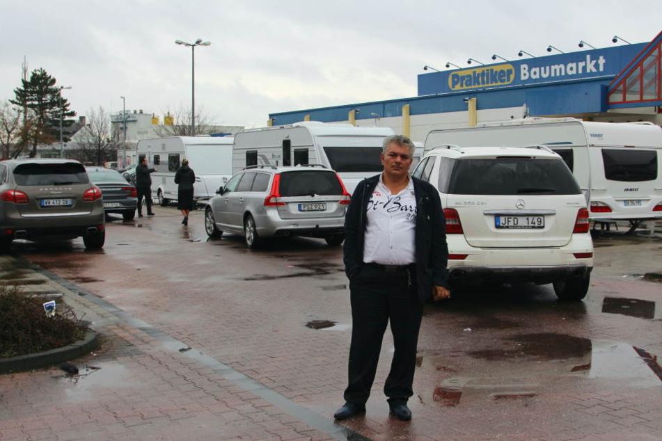 Auf dem Parkplatz des ehemaligen Praktiker-Baumarktes hat die Roma-Großfamilie ihr Lager aufgeschlagen und muss nun schon den zweiten Schicksalsschlag verkraften.
