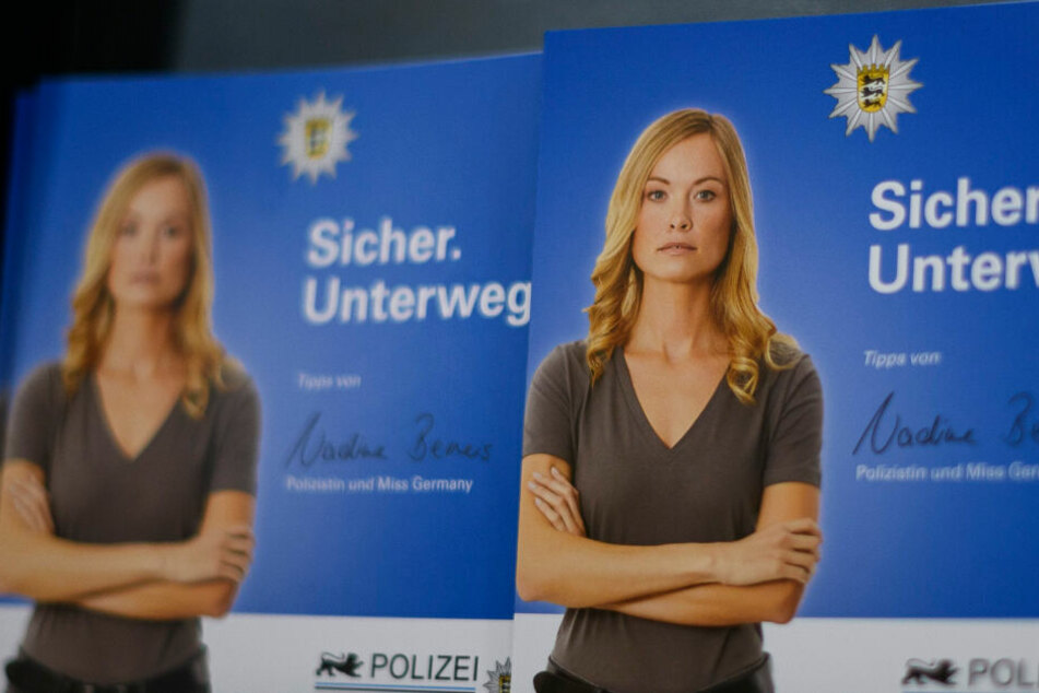 Die amtierende Miss Germany und Polizeibeamtin NadineBerneis gibt Frauen auf einem Flyer des Landeskriminalamts Baden-Württemberg Tipps für sichere Wege.
