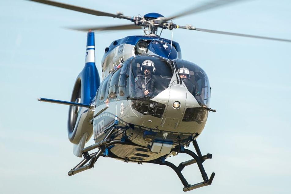 Mit einem Hubschrauber suchte die Polizei nach den Wohnwagen-Dieben. (Symbolbild)