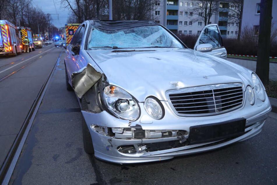 Von diesem Mercedes wurde die Radfahrerin erfasst und hatte keine Chance, die Kollision zu überleben.