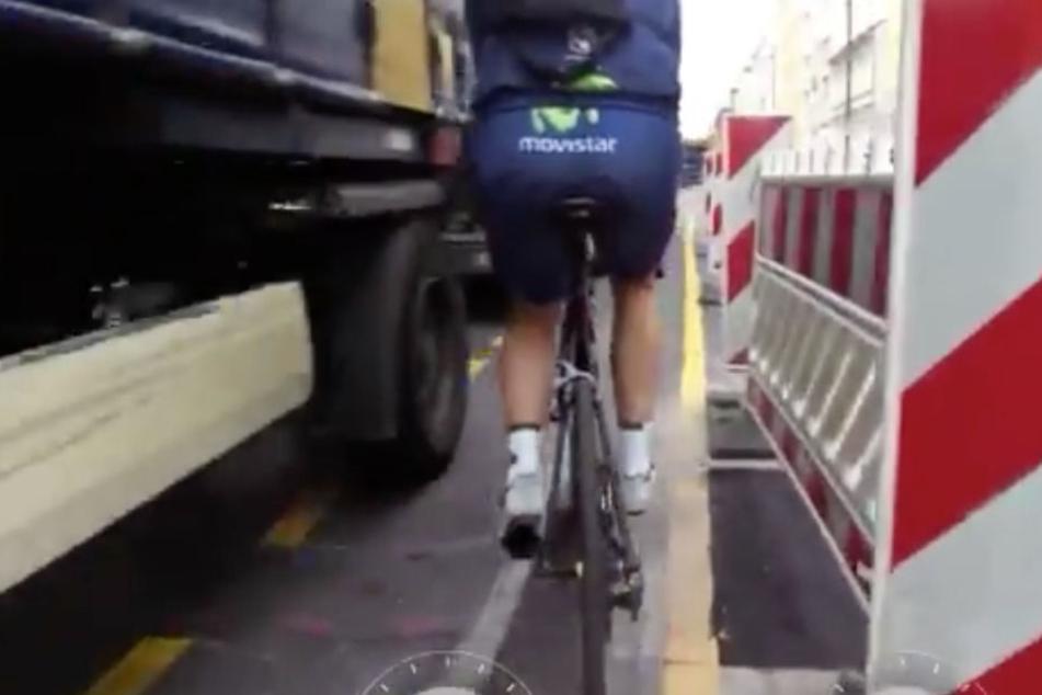 Schock-Video: Hier werden zwei Radfahrer beinah von einem Lkw erfasst