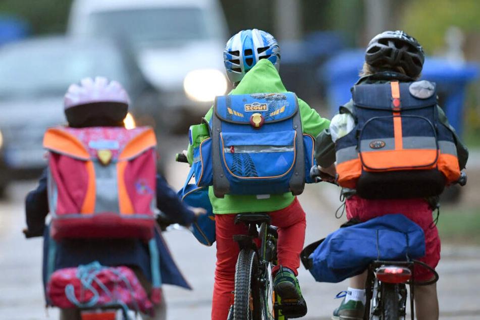 Kids auf dem Weg zu ihrer Schule.
