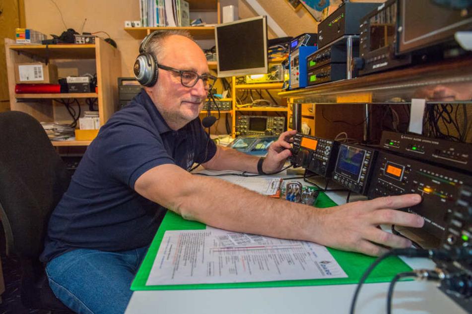 Heiko Meier (57) sitzt in seiner Funk-Zentrale. Der Erzgebirger will dafür sorgen, dass in Zwönitz jederzeit kommuniziert werden kann.