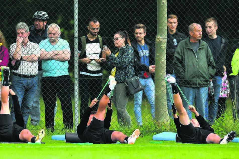 Beim Trainingsauftakt standen alle 25 Akteure unter genauer Beobachtung. Etliche Fans reihten sich als Zaungäste ein.