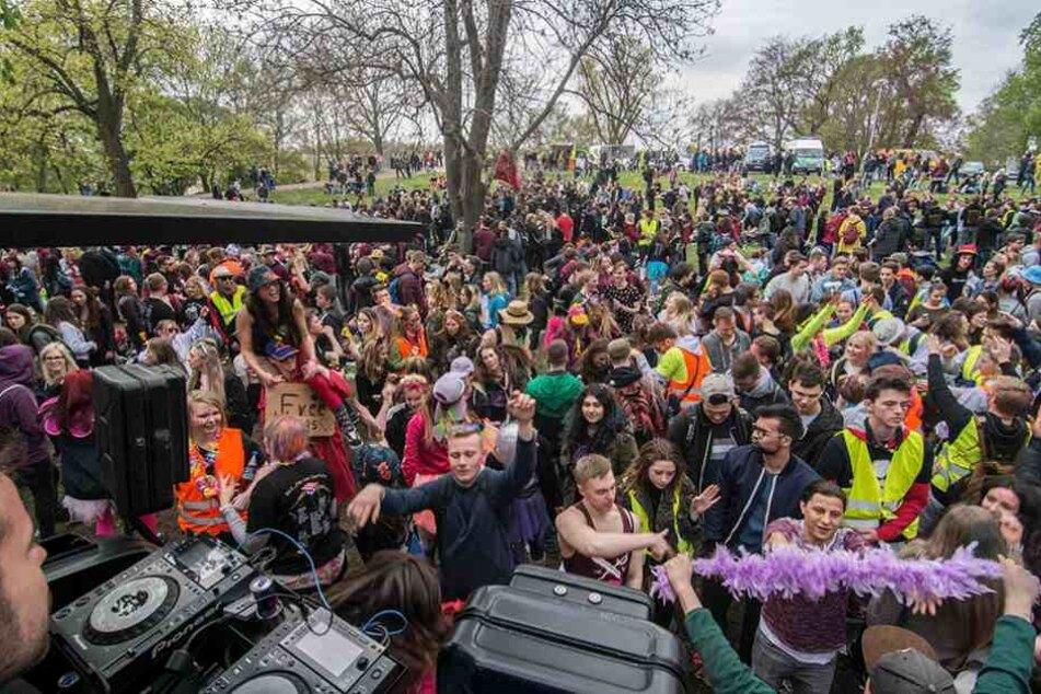 Im Stadtpark wurde von Hunderten Schülern ausgelassen gefeiert.