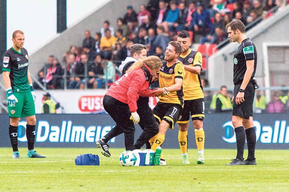 Autsch! AndreasLambertz (M.) musste nach einem Foul behandeltwerden.