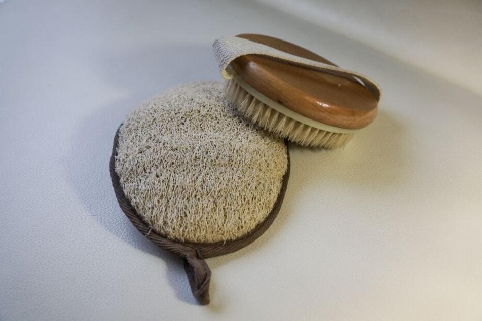 Auch Peelingschwämme und Massagebürsten gibt es aus Naturmaterialien.