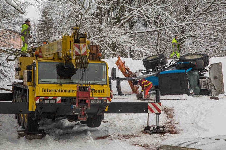 Der Internationale Bergedienst musste anrücken und den Traktor wieder aufzurichten.