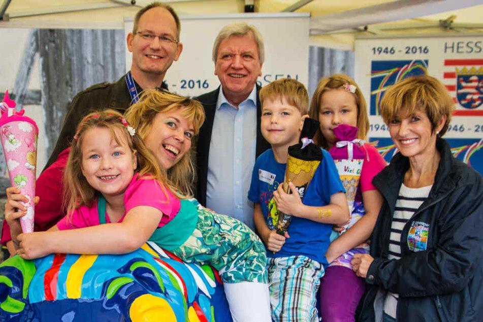 Auch im vergangenen Jahr stattete Volker Bouffier den Mehrlingskindern einen Besuch ab.