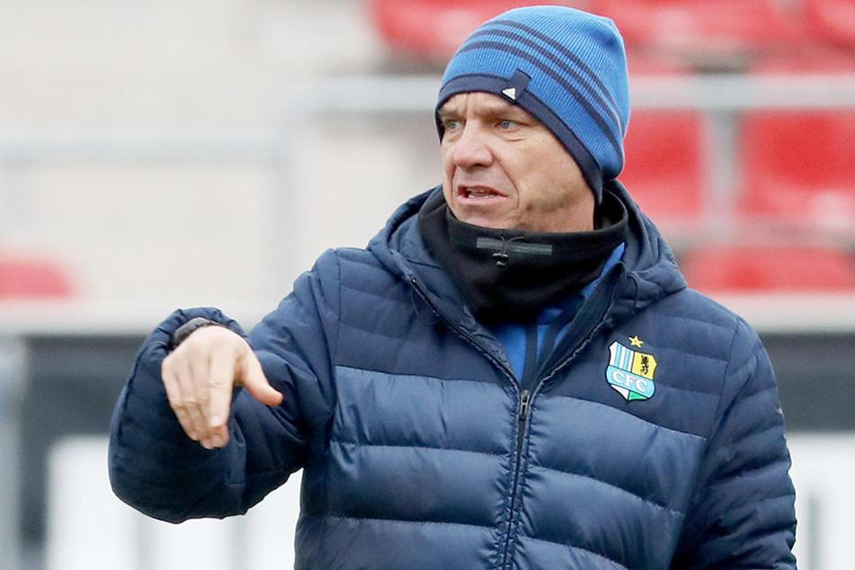 Der Blick geht zum Boden: CFC-Trainer Horst Steffen musste auch noch die Derby-Niederlage verdauen.