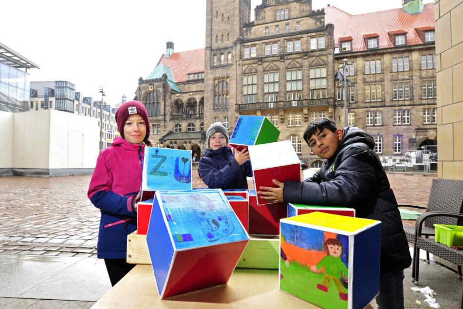 Mathilda (9), Karlotta (9) und Hassan (10) haben mit ihren Mitschülern der Rosa-Luxemburg Grundschule ein Friedenspuzzle gebaut.