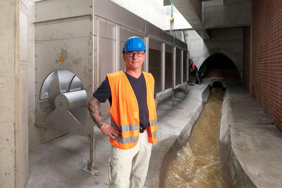 Projektleiter Heiko Nytsch (47) zeigte im unterirdischen Stauraum das Stahlsieb.