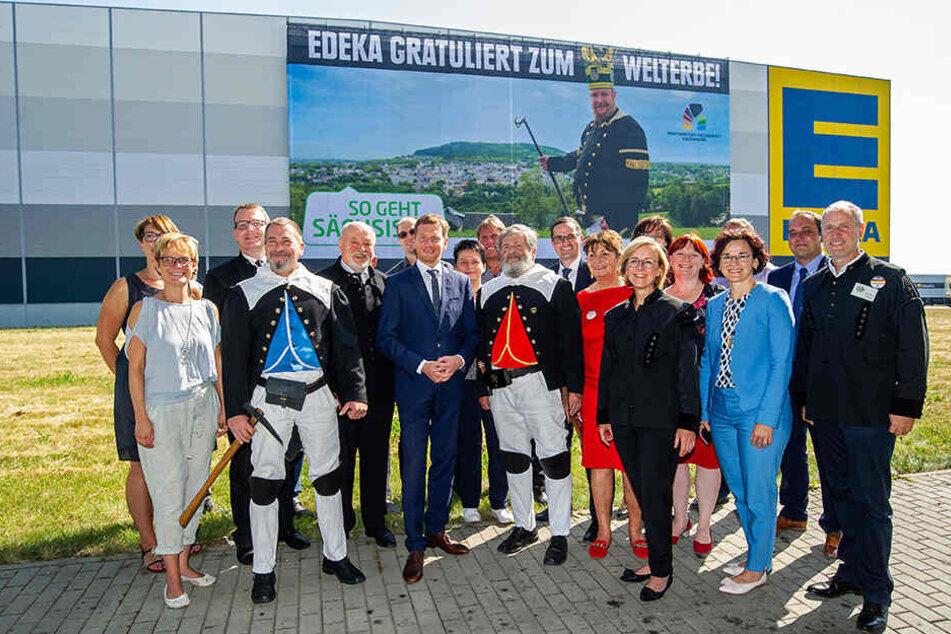 Ministerpräsident Michael Kretschmar (44, Mitte) und die Bürgermeister der umliegenden Gemeinden bei der feierlichen Anbringung des Riesen-Banners.