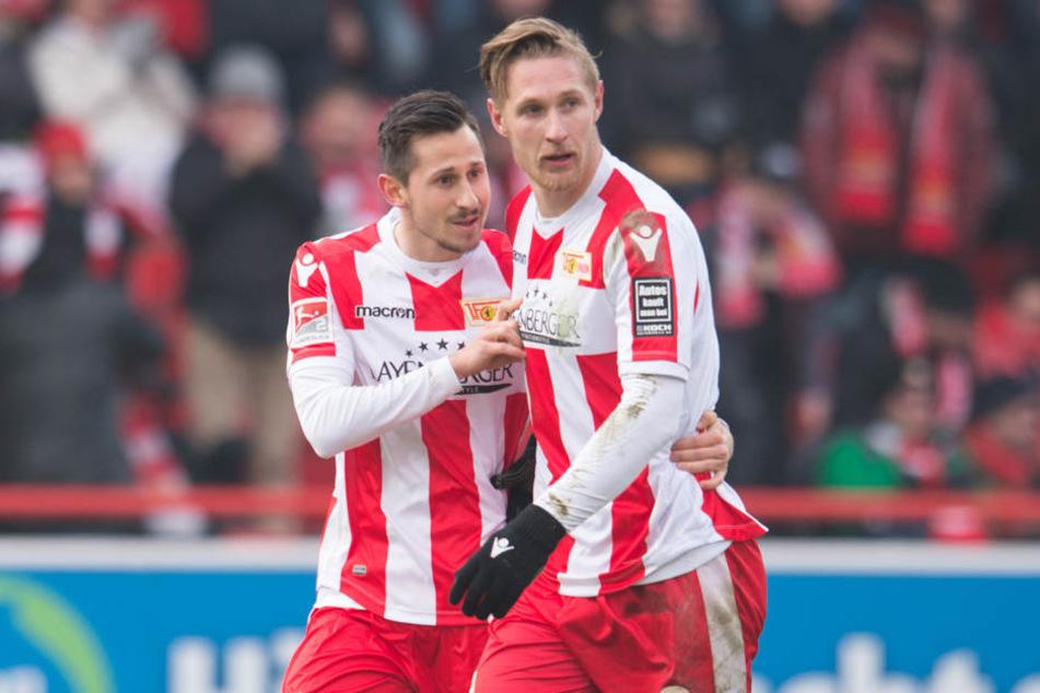 Nach dem Elfmetertor zum 1:1 Ausgleich stehen Unions Torschütze Steven Skrzybski (l) und Unions Sebastian Polter beisammen.